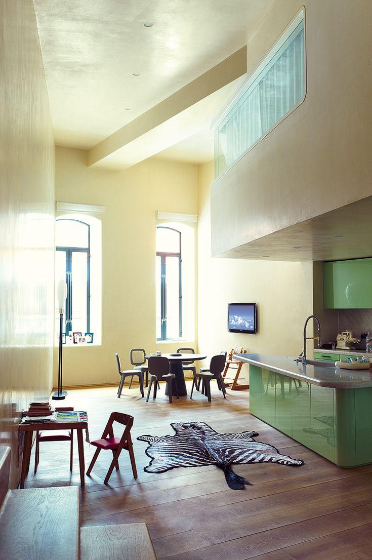 La cocina - AD España, © Gonzalo Machado La cocina, con mesa Lathed (2007) para Gagosian y sillas Coast (2002) para Magis. La piel de cebra es auténtica. El espacio tiene una doble altura donde se sitúa uno de los dormitorios.