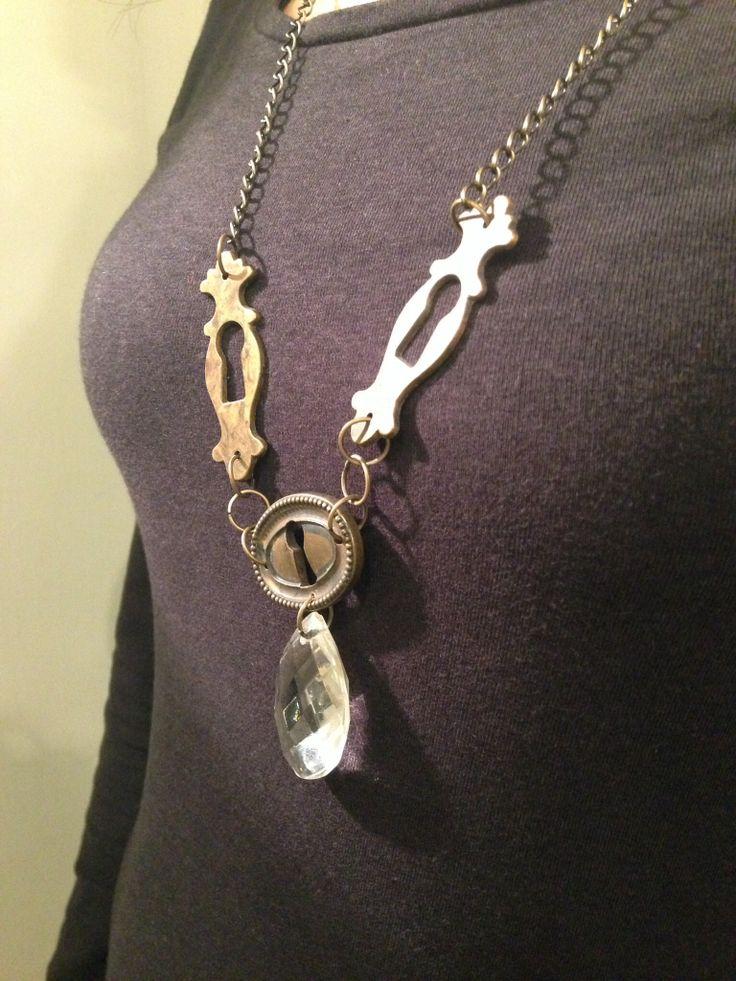 Riciclo creativo. Collana con goccia lampadario e serratura di un vecchio armadio. Originale ed unico!!!