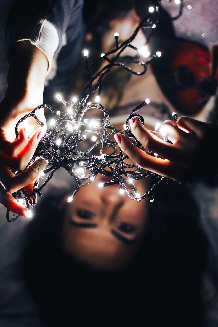 Фотография девушки с гирляндой ночь.