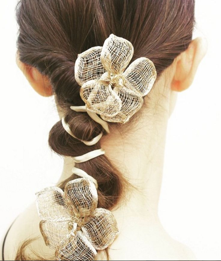 The bendable mesh flowers make it easy to stylize a ponytail or bun