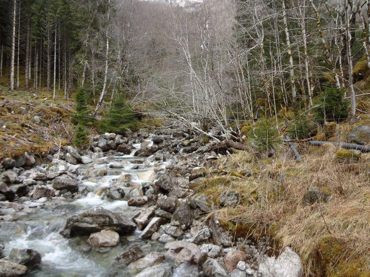 Smeltende sneeuw zorgt voor een mooie waterval in Noorwegen.