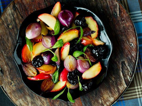 Honningstekte epler, svisker og løk. Dette er nydelig både til ribbe, svinestek, kalkun og vilt.