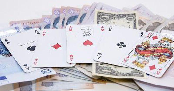 Cómo contar las cartas de los jugadores de póker. Es muy difícil contar las cartas durante un juego de póker. Sin embargo, es posible hacerlo y los casinos rechazarán a cualquiera que vean haciéndolo. Haz uso de tus habilidades matemáticas para tratar de contar las cartas durante tu próximo juego de póker.