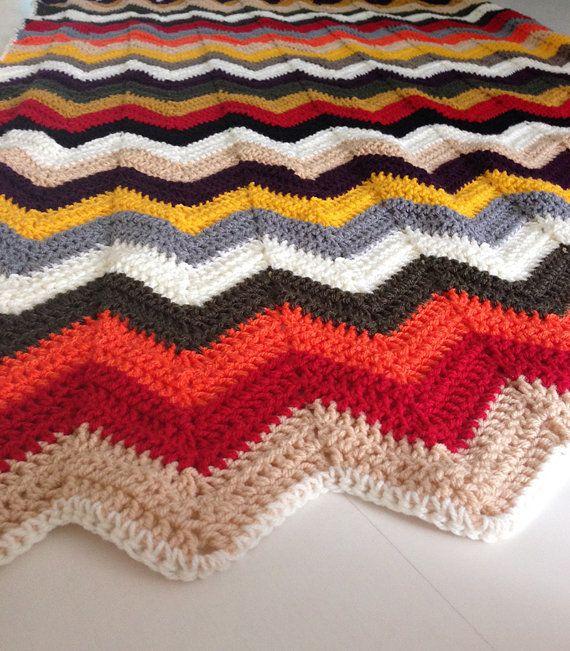 Een nieuwe gehaakte deken met warme herfstkleuren. Deze lichtgewicht deken houdt je warm zonder zwaar aan te voelen. Het zig zag patroon is gemaakt van acryl garen en heeft de volgende kleuren: rood, oranje, oker geel, bladgroen, paars, wit, creme/ecru, zwart, beige, grijs en bruin.