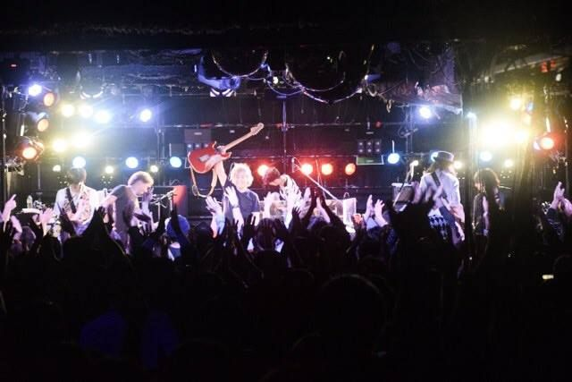【ライブレポート】2014秋ツアー、今夜の公演地は宮崎。場所は宮崎WEATHER KING。2年ぶりの公演だ。平日にもかかわらずフロアは満員。仕事帰りの方から若い方まで幅広い世代が集まった。今夜も元春とバンドは全開だ。このバンドの素晴らしいところは3000人の広いホールでも、ライブハウスでもパフォーマンスの熱量が変わらないところ。それができるのは彼らが一級のバンドである証拠だ。ツアー終盤に向けて、元春とバンドはさらに高みを目指して邁進しているかのようだ。その姿はスタッフの目から見ても勇ましい。宮崎ライブにご来場の皆さん、ありがとうございました。バンドは明日、熊本に向かいます。