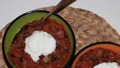 Chili con Carne, met heel veel verse groente, bruine bonen en kapucijners. Een heerlijk éénpans gerecht.