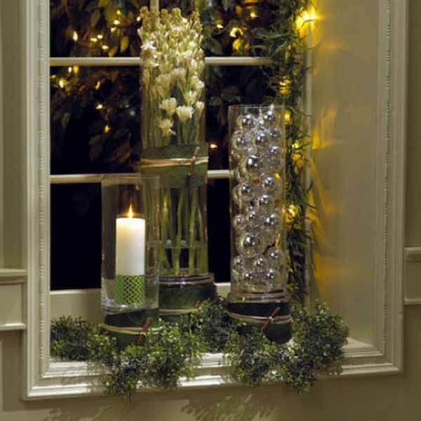 20 beautiful window sill decorating ideas for christmas. Black Bedroom Furniture Sets. Home Design Ideas