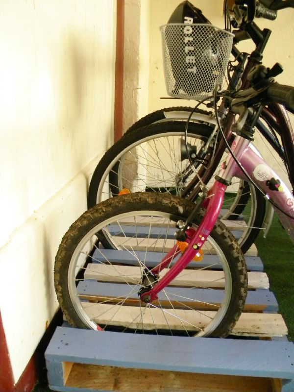 Des palettes range vélos.