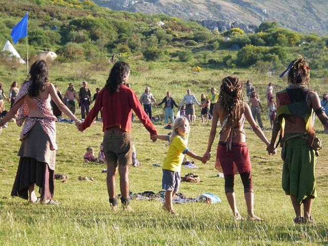 http://www.elciudadano.cl/2011/01/25/31483/abandonar-al-mercado-y-al-estado-hacia-una-economia-de-lo-concreto/