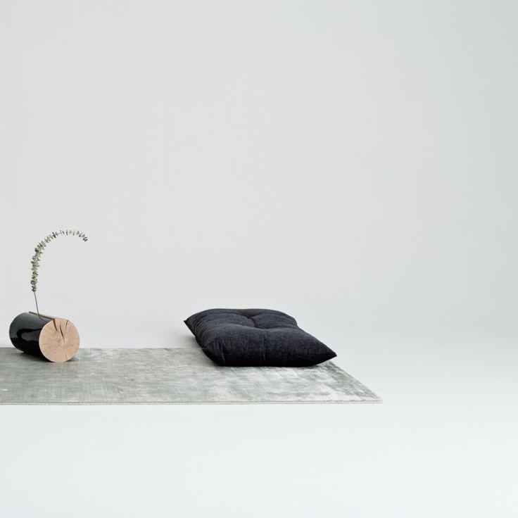 Silberner Greta Teppich im Seiden-Optik auf Komdo.co I Silky silvery Greta carpet at Komdo.co