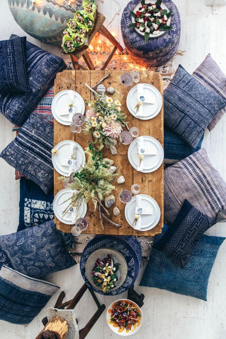 Чудесные синие подушки в оформлении обеденной зоны