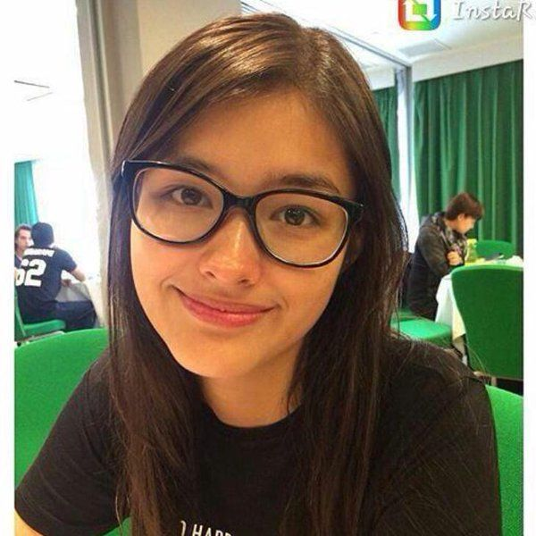 This is the lovely Liza Soberano smiling for the camera and wearing eyeglasses for fashion purposes. Indeed, Liza is a very talented Kapamilya and a Star Magic talent, despite of her wearing eyeglasses for fashion. #LizaSoberano #AteHopie #PinoyCelebritiesinEyeglasses