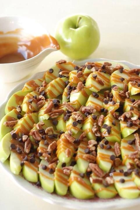 Apple Nachos: Slice green apples, and squeeze lemon juice over them so they don't brown. Drizzle with caramel sauce, mini chocolate chips and crushed walnuts. #fruit #snacks #treats