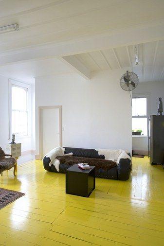 Parquet peint en jaune / mobilier noir et blanc