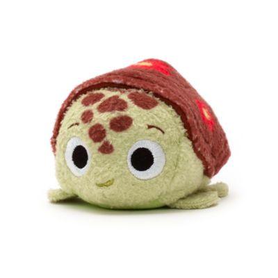 La mini peluche Tsum Tsum à l'effigie de Squiz, la plus cool des tortues de mer, est prête à venir s'installer dans votre collection ! Avec ses nageoires en relief et sa carapace décorée, cette petite boule de douceur empilable fera vite partie de vos favoris.