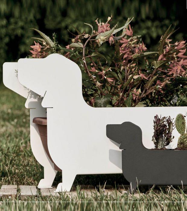 Il Bassotto porta-fioriera fa parte di una linea sviluppata per decorare la casa, il terrazzo o il giardino. La doppia sagoma nasconde nel vano interno i più comuni vasi per fiori e piante. Prodotto in acciaio carbonio 2 mm verniciato a polvere.