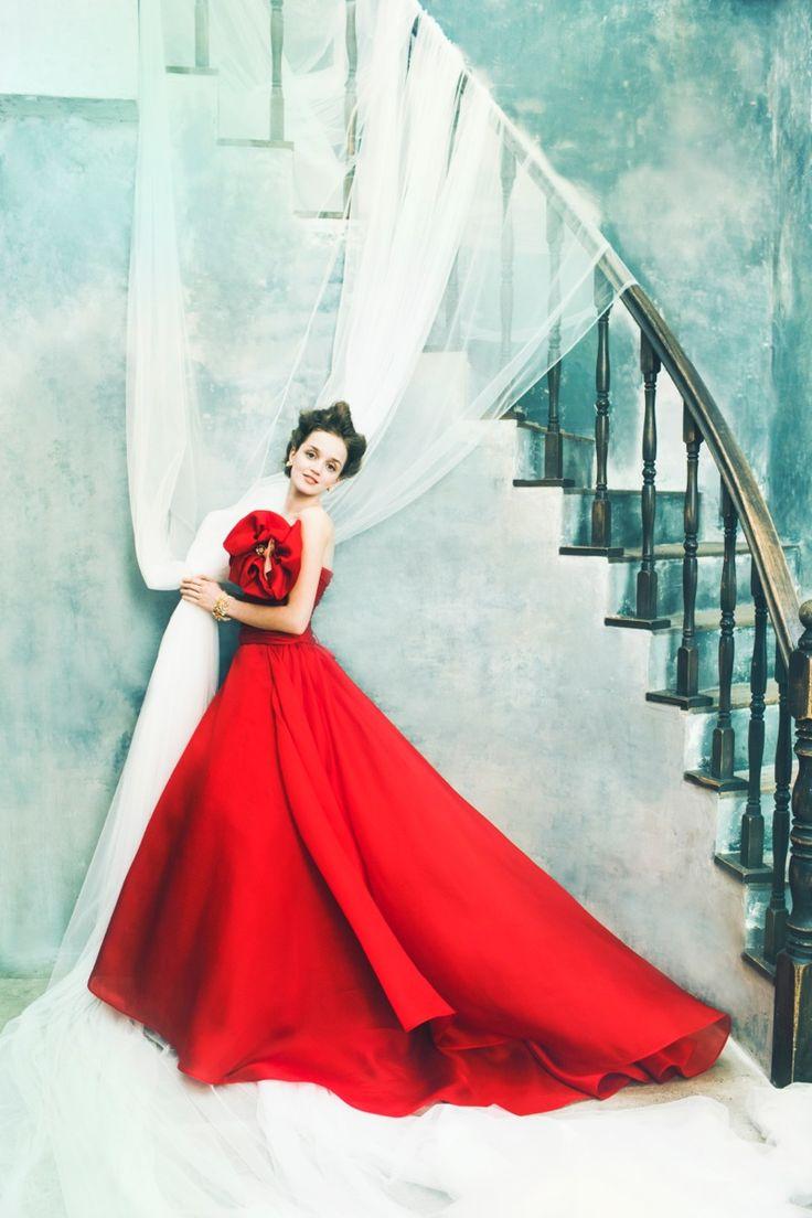 気品あふれるバラのような赤いカラードレス。花嫁衣装・ウェディングドレスの参考一覧まとめ♪