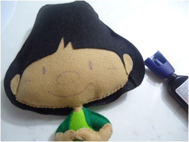 Para a confecção desse boneco você precisa de: - Feltro caramelo havaí, preto, verde água, verde bilhar, vermelho noel e branco; - Lin...
