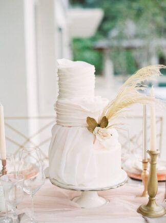 Elegante dreistufige weiße Hochzeitstorte mit Pampagras und erröten Blume. www …   – Amazing Wedding Cakes