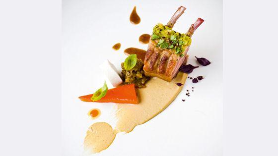Lamsvlees met aubergine, geitenkaas en geroosterde paprika