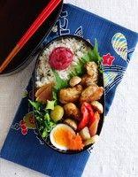 まずここから!基本のお弁当の詰め方~鶏の竜田揚げ弁当 画像(2/4) 【写真を見る】基本の詰め方で詰めた、鶏の竜田揚げ弁当。コロコロしたおかずは、ランダムに盛り付けよう