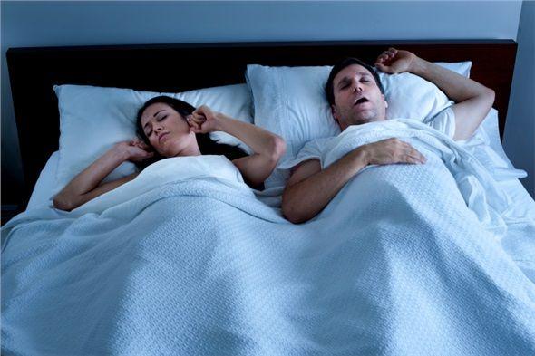 Ağır horlama probleminiz yoksa yatış pozisyonunuzu değiştirmeyi deneyin. Dil geri düştüğü ve hava yollarının üzerine baskı yaptığı için bu yatış pozisyonu horlamaya yol açabilir. Yüzüstü veya yan yatarak uyumak tercih edilebilir.