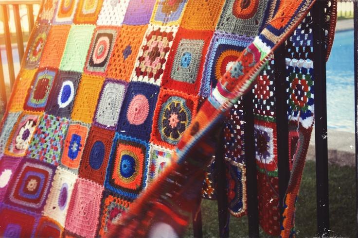 Manta rectangular a crochet, casi lista.