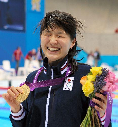競泳女子100メートル背泳ぎ(視覚障害)で金メダルを獲得した秋山里奈