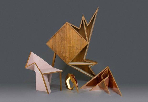 Designer, Aljoud Lootah est basé à Dubaï. Il a créé cette collection de meubles visant à explorer la forme et la fonction géométrique.  Chaque pièce semble être pliée comme de l'origami d'où le nom « Oru » qui signifie « plier » en japonais. La conception s'inspire de cette idée, elle a commencé comme une feuille plate, qui a ensuite été pliée en un objet fonctionnel. La collection est faite en teck, cuivre poli et feutre. Elle comprend un cabinet, une chaise, un miroir et une lampe.