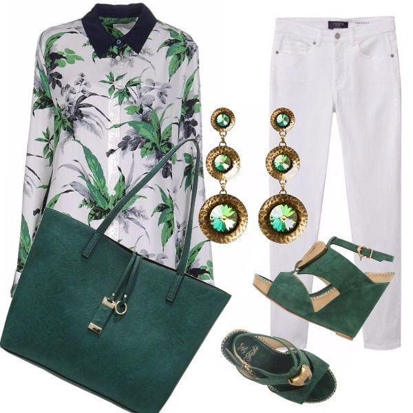 Sta bene a tutte e si adatta a ogni occasione l'outfit bianco e verde , composto da un jeans bianco a sigaretta e da una camicia ampia . Tutti verdi gli accessori , le scarpe con la zeppa, la borsa e gli orecchini.