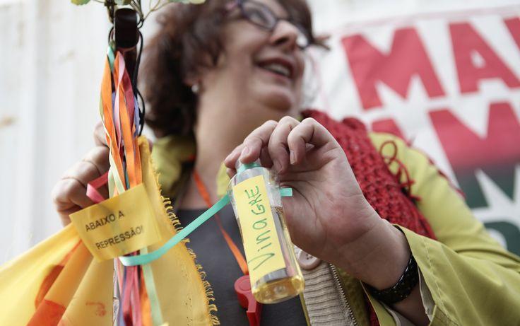 Vinagre: A advogada Adriana Gragani, de 60 anos, trouxe ao ato pequenos cartazes pendurados em fitilhos, onde pede transporte de qualidade e o fim da corrupção, além de uma pequena garrafa de vinagre