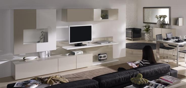 Muebles con diseño y capacidad, tanto en su mueble bar botellero como en la vitrina apaisada. Destaca la altura ergonomica de la Tv. Disponible en lacas o chapas naturales