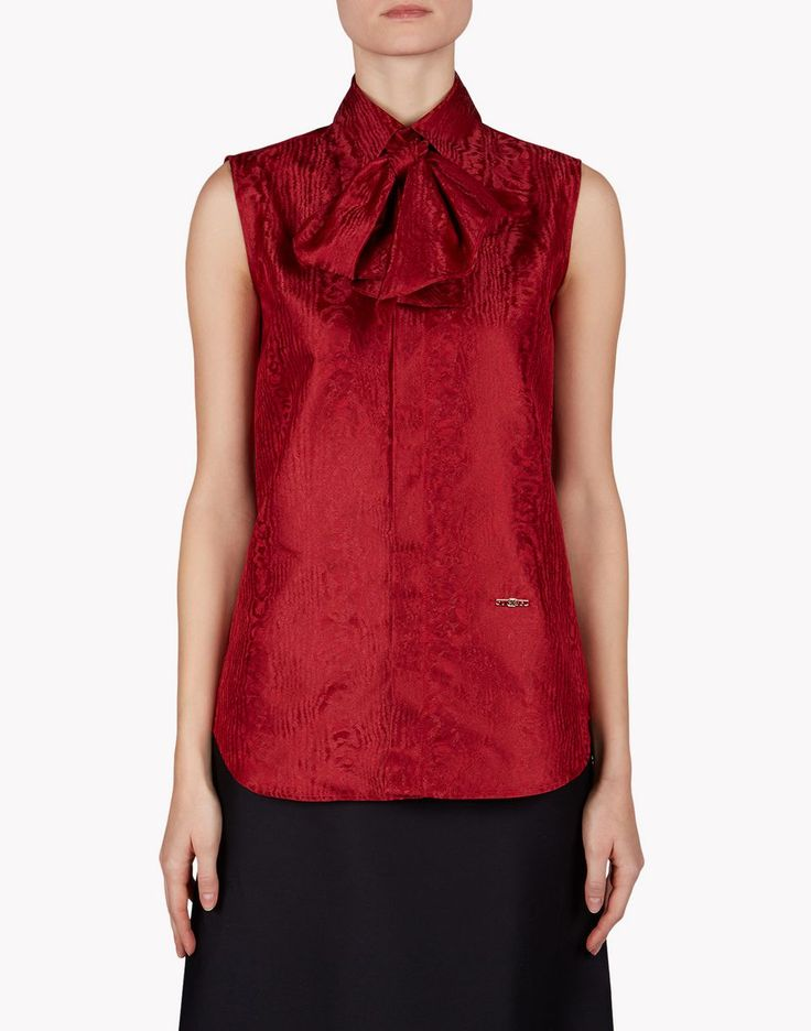 A delicate bow at the collar infuses a feminine feel into this sleeveless shirt. Made from a high-end silk fabric with a luxurious feel, this style, embellished with a Dsquared2 logo detail on the front, adds an elegant touch to cocktail attires. Team it with long skirts for a chic look.