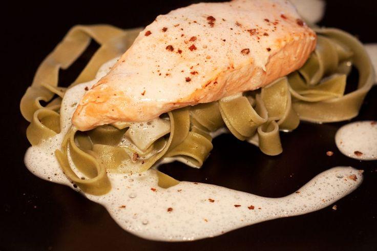Rezept für Lachs auf grünen Bandnudeln mit Weißwein-Sahnesoße.