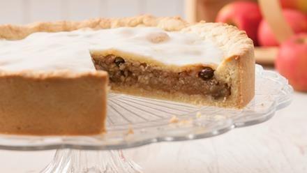 Eins der beliebtesten Backrezepte für Apfelkuchen. Ein gedeckter Apfelkuchen mit feinem Mürbeteig und süßem Puderzuckerguss.