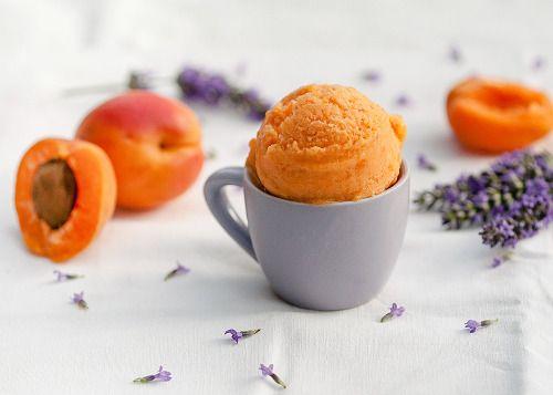Sorbet abricot-lavande Bon là il faut être franc et sincère: c'est une TUE-RIE!!!!!!! Mais alors une tuerie de chez tuerie, le genre de tuerie qui tue. Ça y est, je suis accro, et avec cette chaleur c'est juste divin pour finir le repas sur une note...
