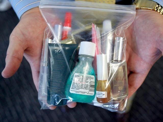 Atención a los que viajáis en avión y queréis transportar líquidos en vuestro equipaje de mano. Aquí tenéis la normativa para ir bien preparados...