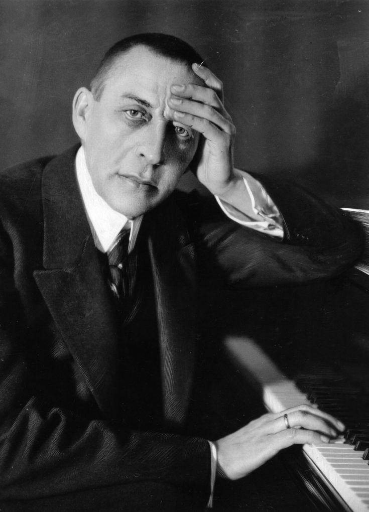 Sergueï Vassilievitch Rachmaninoff (1873-1943) compositeur et chef d'orchestre russe, l'un des plus brillants pianistes du XXe siècle, dont les quatre concertos pour piano sont d'une intense virtuosité.