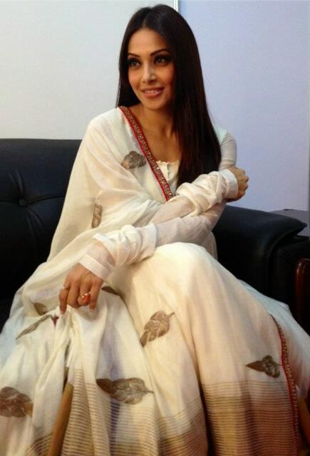 Bipasha Basu simply looks beautiful in white #Anarkali