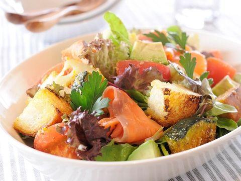 バゲットが余ったら気軽に作れるサラダです。トマトのリコピン、アボカドのビタミン、スモークサーモンのアスタキサンチンによる美肌効果に期待!ドレッシングは酢の代わりに「ヤマサ昆布ぽん酢」を使うことでやわらかな酸味とうま味を加えます。<br>※パンツァネッラはイタリアのトスカーナ地方に伝わる、古く硬くなったパンをリメイクしたサラダのこと。