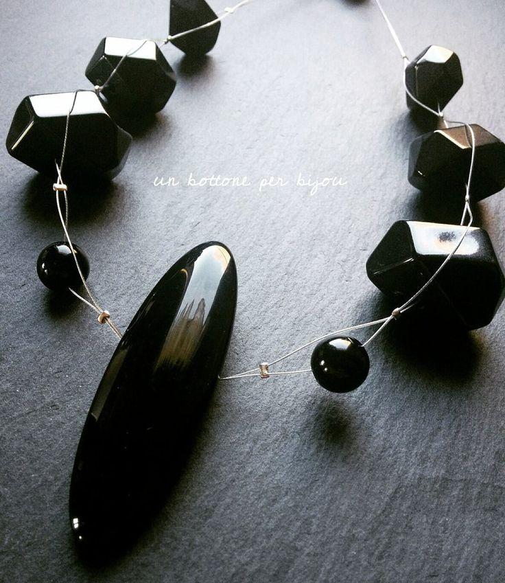 Collana con bottone nero  vintage e perle in acrilico nere su cavetto di acciaio, by un bottone per bijou, 10,00 € su misshobby.com
