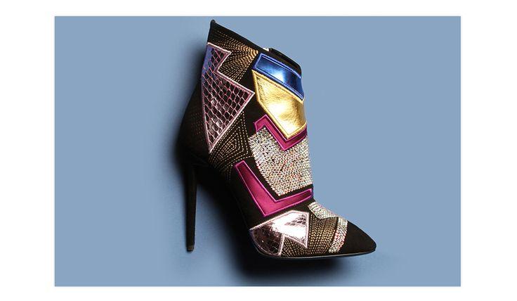 Des chaussures de dancing queen constellées de strass façon boule à facettes et de patch en cuir métallisé holographique. Le parfait accessoire du soir pour un réveillon...
