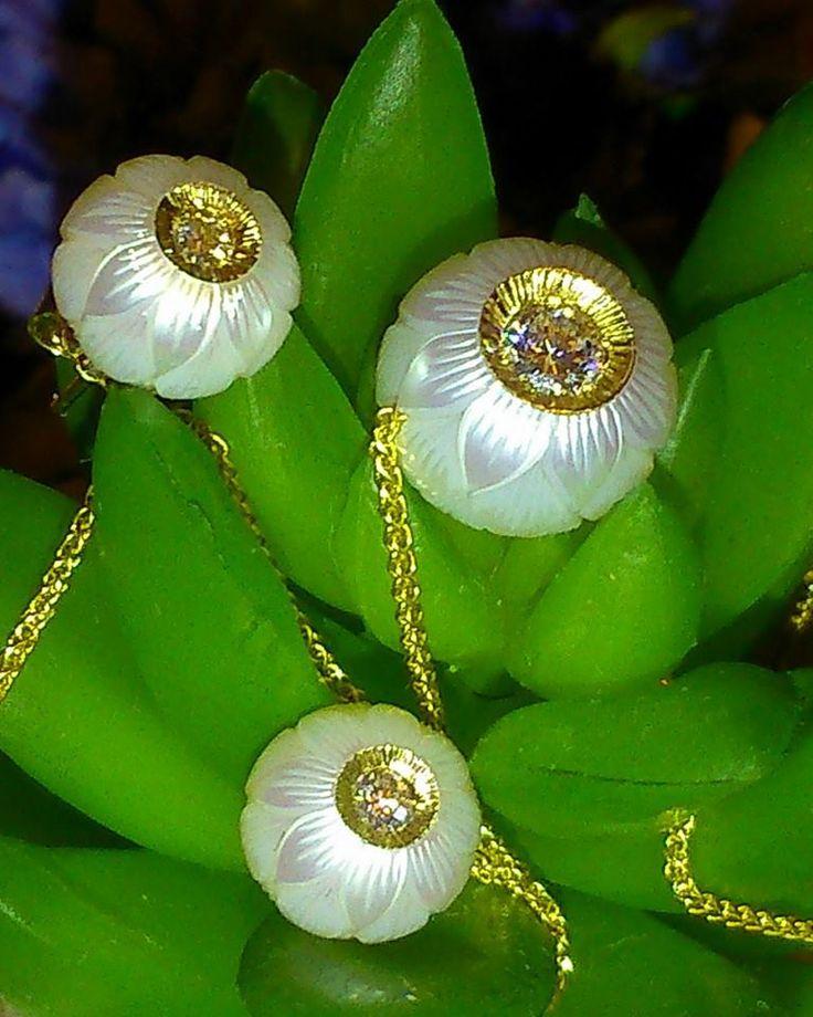 На поверхность Пресноводных Жемчужин нанесен уникальный резной узор в виде лотоса, а центр жемчужины украшен бриллиантом в 0.2 карата. Цена: подвески 135 200 руб, серьги 61 700 руб.