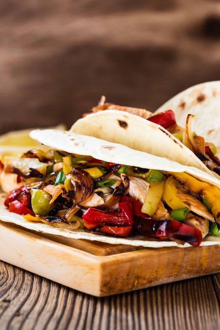 Tacos di pollo messicani con peperoni cipolle melanzane cibo messicano cucina