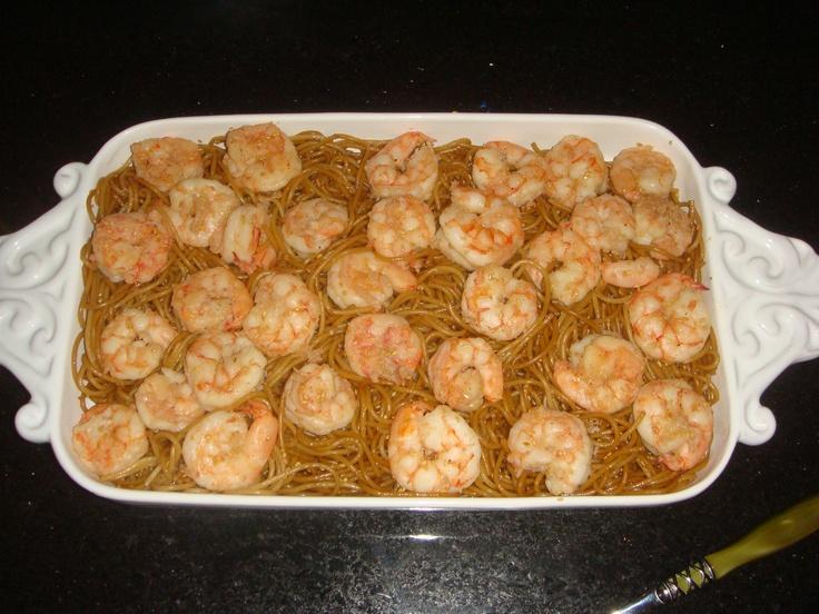 spaghetti asiático com gergelim e camarões