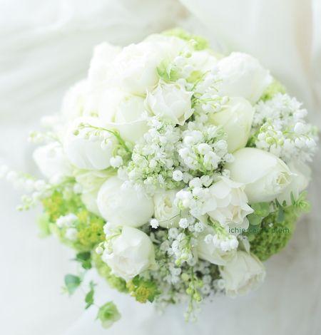 クラッチブーケ メゾン ポール・ボキューズ様へ、白のバラとスズランとカスミソウ : 一会 ウエディングの花