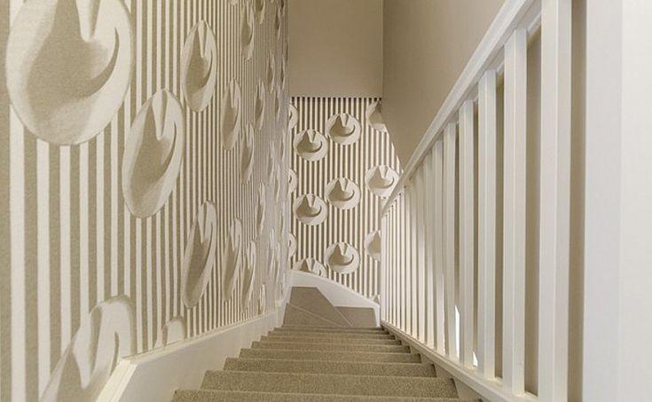Ringhiera e parete si confondono con la tappezzeria a righe e panama volanti di Elitis ...