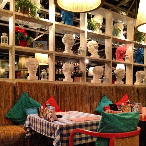 Интерьер в #mamapizza #интерьер #стиль #итальянский #дизайн #стол #подушки #пиццерия #стеллаж #свет