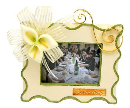 Portarretrato de madera para boda de color beige con verde