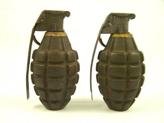 Granaat om te tekenen. Een granaat kan veel schade aanrichten. Ik had als idee om een granaat te maken die open is geklapt en dat daarin een hartje staat voor vrede.